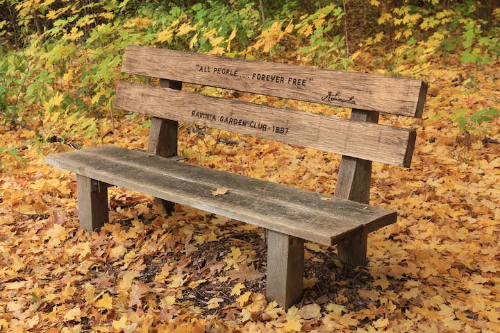 Так как Мемориальный сад Авраама Линкольна представляет собой не общественный парк, основное его предназначение – прогулки и изучение природы