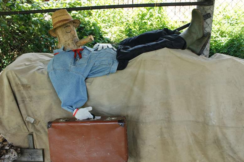 А еще есть садовник. Правда он чаще спит, чем работает