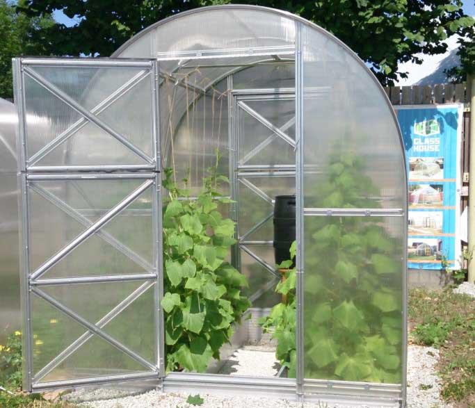 Огородники характеризуют эту теплицу как качественную и удобную для выращивания высокорослых теплолюбивых культур