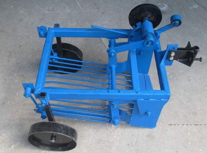 Вибрационная грохотная картофелекопалка, имеющая лемех и просевные решетки на колесах