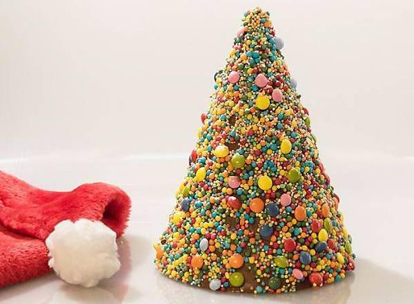 Декоративная ель из конфет станет украшением на любой вкус