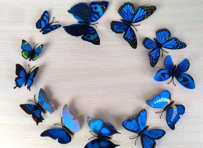 Можно с помощью готового комплекта наклеек выполнить декор стен бабочками