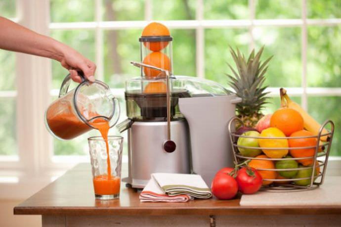 Благодаря соковыжималке можно ежедневно пить свежий сок из плодов, выращенных на своем участке
