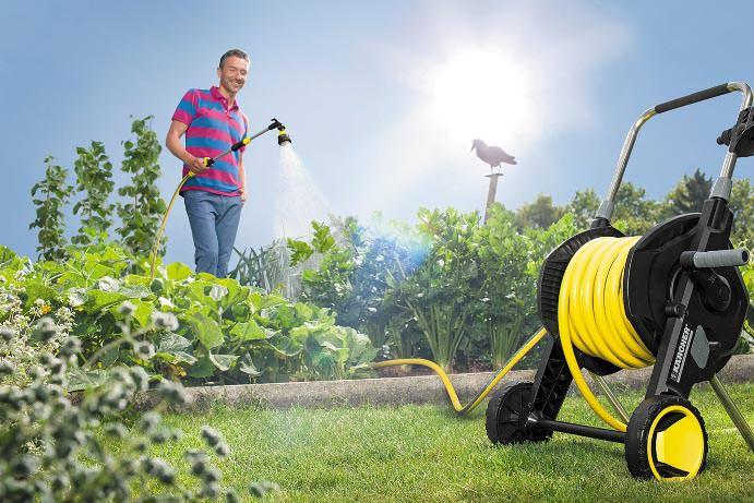 Чтобы свободно ходить по участку, как с пылесосом, и перестать нервничать во время полива, можно обзавестись качественным шлангом с тележкой