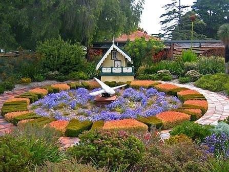 Цветочные часы прекрасно вписываются в любое композиционное оформление садового участка