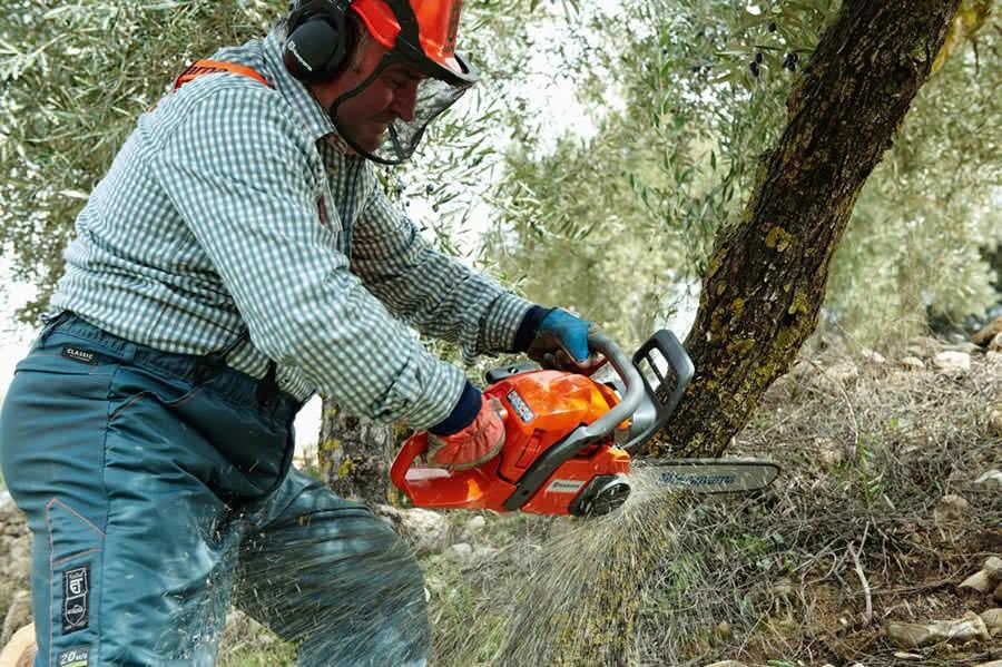 Пила используется для заготовки дров, во время строительных работ, при работе на даче