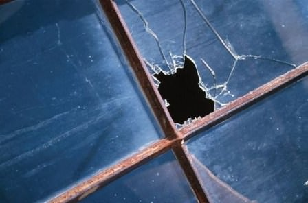 Выбитое окно дачного дома можно временно заменить на фанеру, пластик, поликарбонат