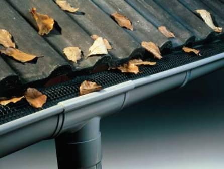 Используйте кусочек сетки для водостоков или же специальные сетчатые фильтры