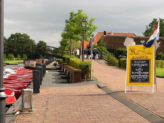 Единственная узкая сухопутная дорога в деревне Гитхорн предназначена для велосипедов – любимого транспорта жителей Голландии