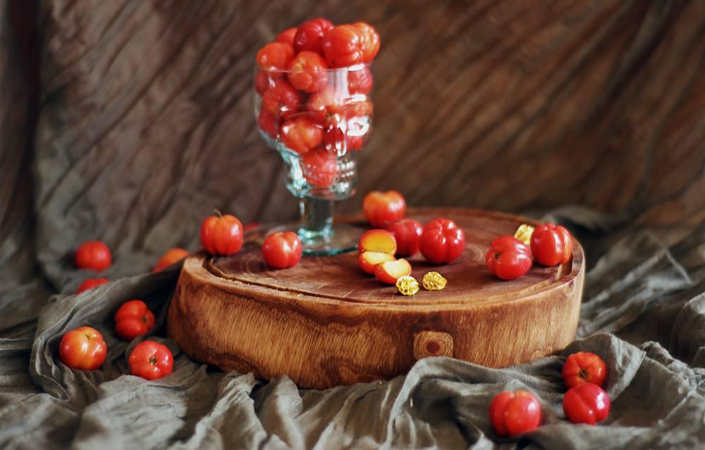 Сок барбадосской вишни знаменит тем, что улучшает клетки печени и сердца, восстанавливает органы выделительной системы и успокаивает нервную систему