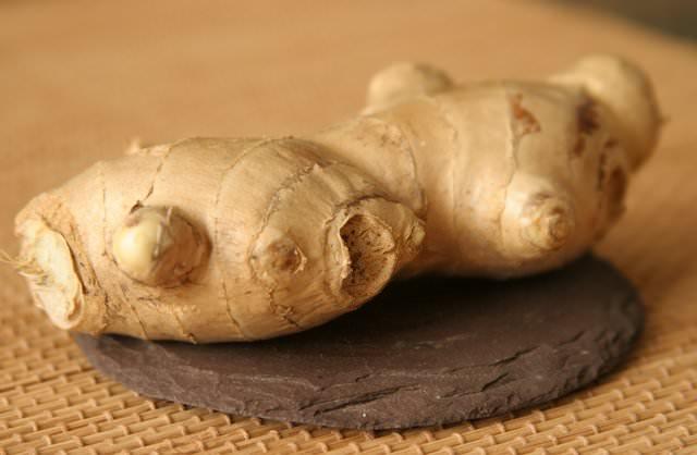 Своим особым терпким и пряным ароматом корень имбиря обязан наличию в составе 1-3% эфирных масел, а жгучий вкус обуславливается фенолоподобным веществом гингеролом