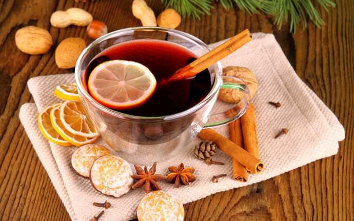 Традиционный для многих европейских народов алкогольный напиток глинтвейн варится на основе красного вина с добавлением сахара, а также пряностей: корицы, гвоздики и цедры