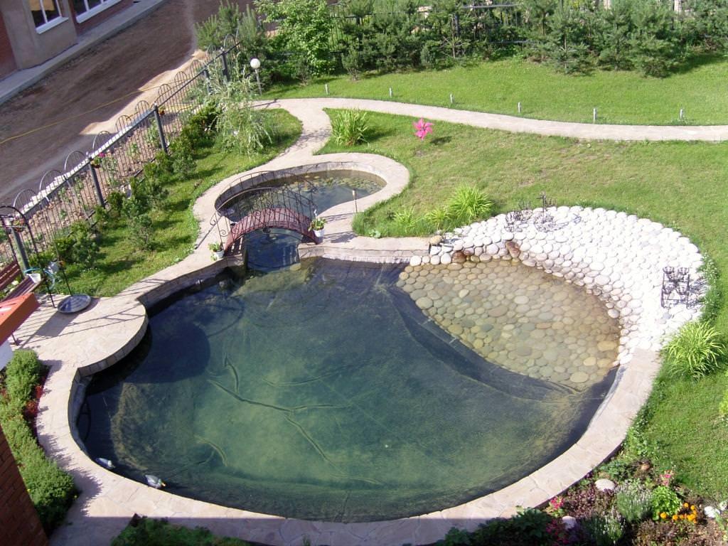 Не следует устраивать искусственный пруд в самом сыром месте сада, иначе после проливных дождей вся территория вокруг превратится в большую лужу