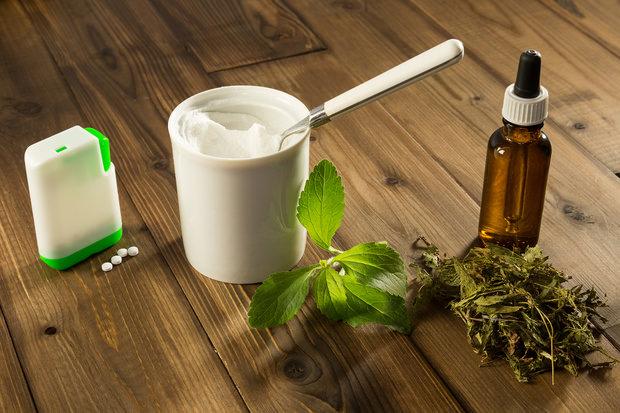 В косметическом производстве применяют средства на основе листьев стевии в виде чая, настоев, порошка, и водного экстракта