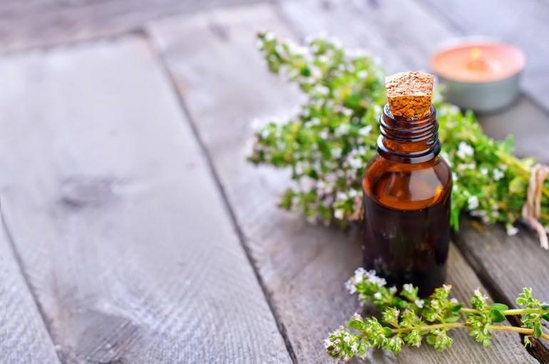 Масло из тимьяна улучшает аппетит, поднимет иммунитет, защитит от воспаления и инфекций, особую роль масло имеет в лечении дыхательных путей
