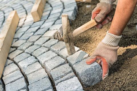Самостоятельная укладка брусчатки – процесс вполне доступный даже при отсутствии какого-либо специального строительного опыта
