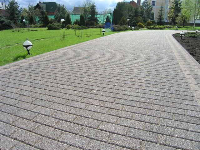 Бетонная брусчатка – наиболее доступный, а соответственно и распространенный вариант, который изготавливается на основе бетонных примесей при помощи вибрационного литья