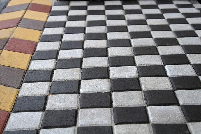 Укладка фрагментов Шахматкой предполагает использование материала двух контрастных цветов и квадратной формы