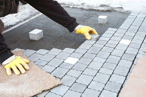Укладка тротуарной плитки на придомовой или дачной территории способна стать хорошим вариантом замены брусчатки