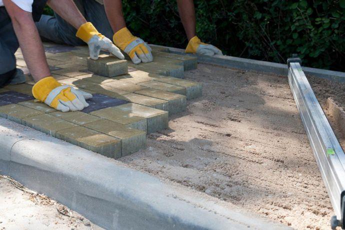 Тротуарная плитка укладывается на так называемую гарцовку, представленную сухой цементно-песчаной смесью