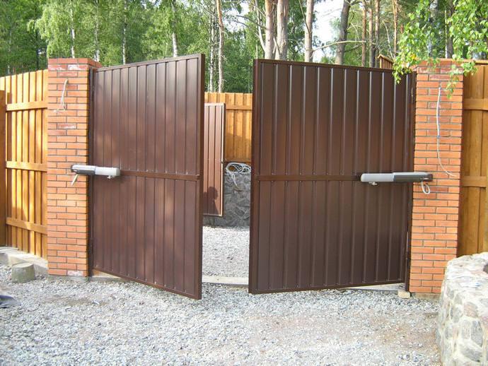 Распашной вариант ворот принято считать наиболее удобным