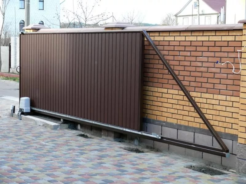 Выдвижной или консольный вариант из профнастила отличается более сложной конструкцией, но не требует много свободного места для открывания-закрывания