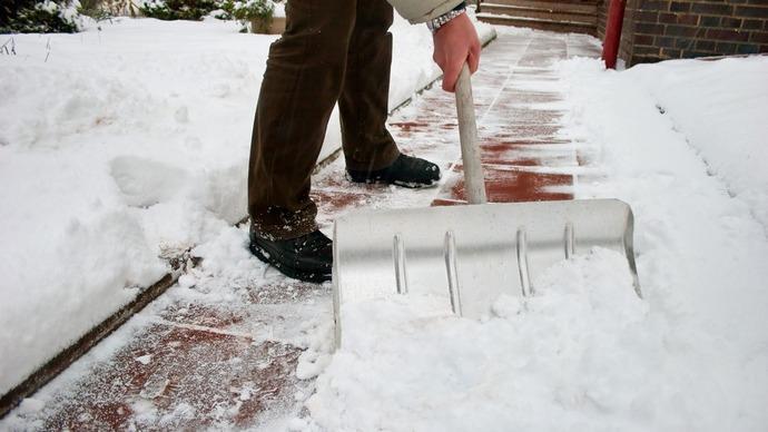 Классическая лопата оснащена стандартным ковшом, который оптимально подходит для очистки от снега дорожек