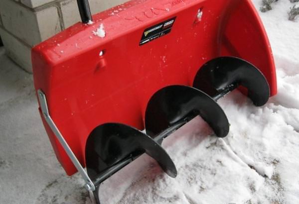 Лопатой-снегоуборщиком называется удобный и производительный инструмент, предназначенный для удаления снега с территории с минимальными затратами времени и сил