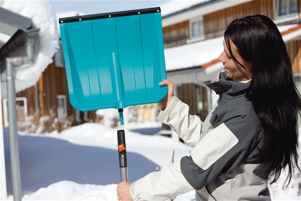 Пластиковая снегоуборочная лопата изготавливается из наиболее современных и надёжных полимерных материалов