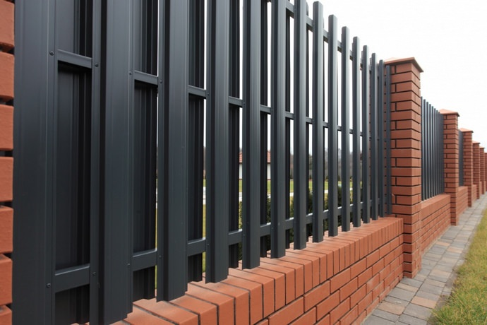 Правильно установить качественный металопрофильный забор самостоятельно не так уж сложно