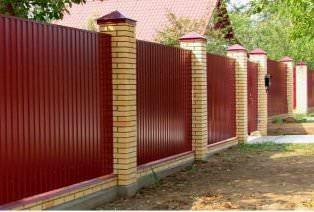 Забор из металлопрофиля – конструкция надёжная и долговечная.
