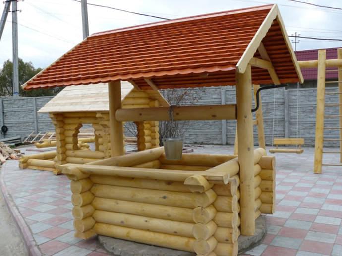 Деревянный сруб надежно защищает колодец от замерзания, украшает территорию и предотвращает попадание мусора в воду