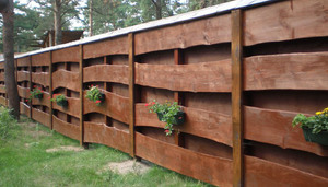 Деревянный забор из необструганной доски