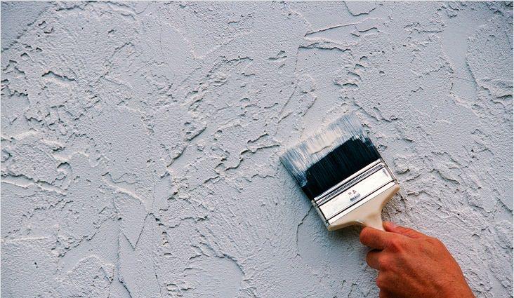 Отделка стен декоративной штукатуркой может проводиться с помощью фактурного материала