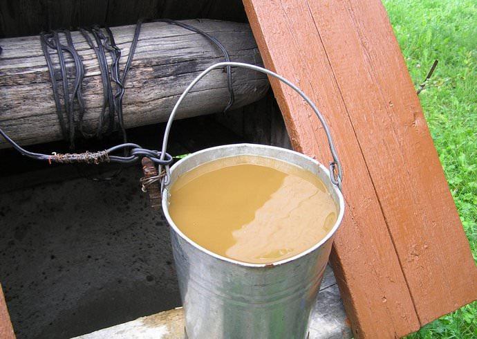 В колодезную воду может спуститься взвесь от глины и другие вредные соединения, а также происходит заиливание донной области