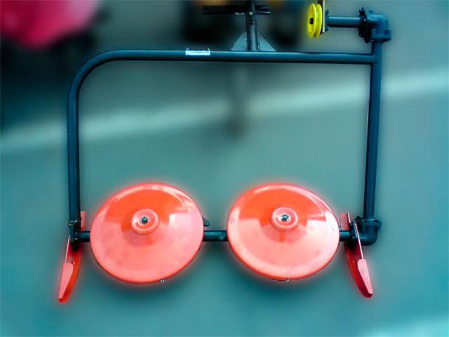 Заря – косилка, получающая вращающий момент от работающего мотора, раскручивающего диски и выдвижные ножи