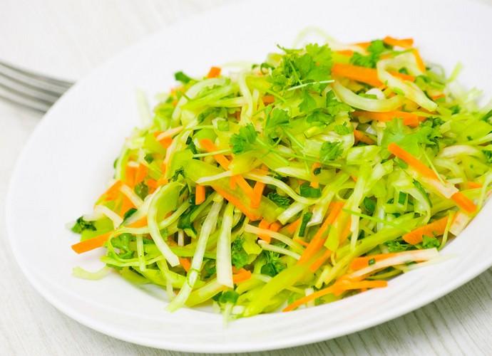 Наиболее полезным считается употребление белокочанной капусты в свежем виде
