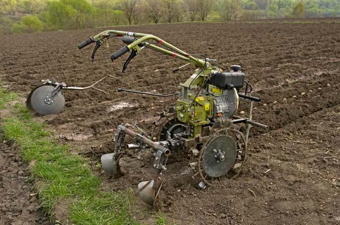 Для высаживания картофеля с использованием окучника, мотокультиватор необходимо обеспечить колесами с грунтозацепными элементами