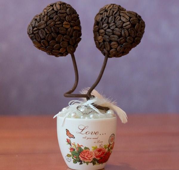 Топиарий из кофейных зерен станет отличным дополнением к любому интерьеру