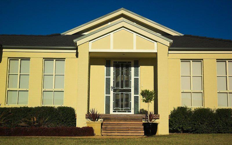 """Отделка минеральной штукатуркой, известной под названием """"короед"""", одна из самых популярных среди владельцев домов"""