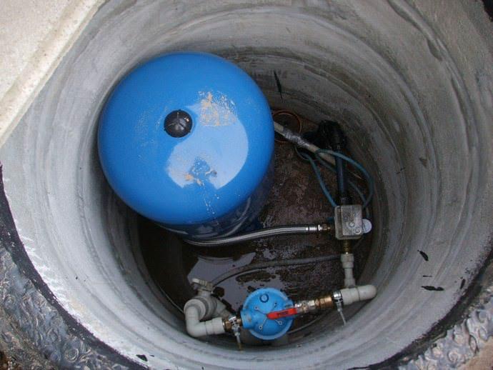 Водная скважина дополняется кессоном с целью размещения необходимого оборудования и для выполнения защитной функции
