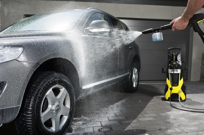 Основной задачей, для выполнения которой покупают минимойку Karcher, является очистка автомобиля (в частности, его салона). Однако полный перечень возможностей этих устройств гораздо выше