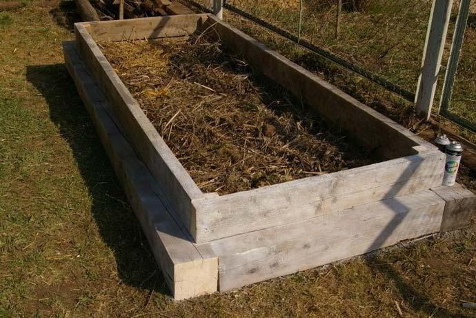 Для обустройства высокой теплой гряды потребуется сделать деревянный или пластиковый короб удобных для обслуживания размеров и высотой в 60−80 см