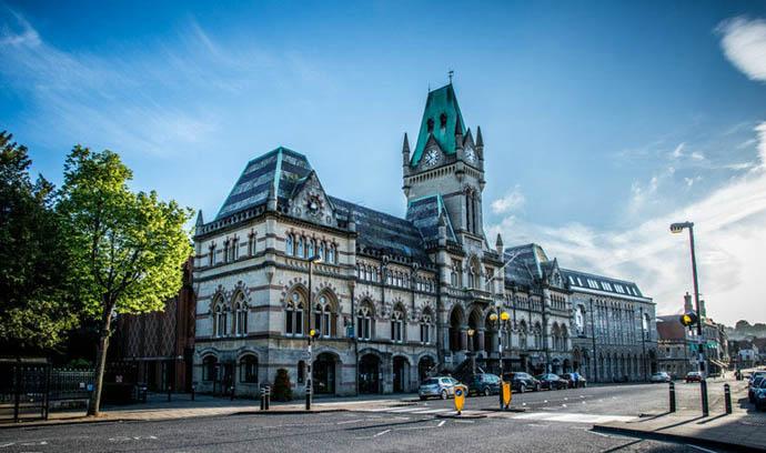 Самая большая достопримечательность города — это Уинчестерский собор, один из самых больших соборов Европы