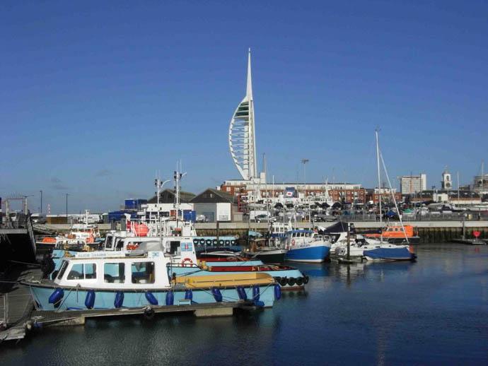 Портсмут расположен на берегу пролива Солент, это крупный портовый города, а также база ВМФ Британии