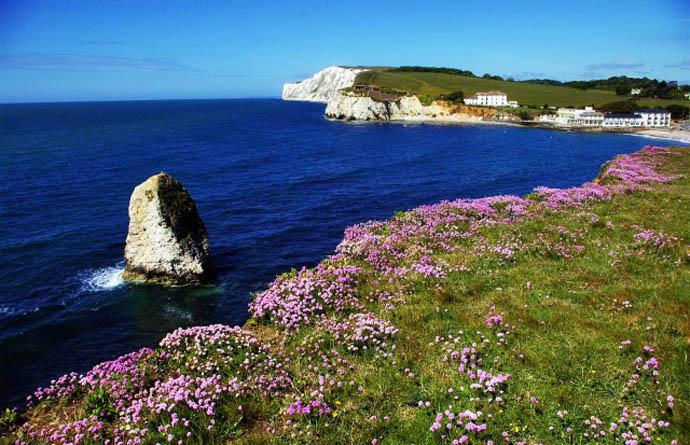 Остров Уайт — самый большой остров Англии, расположен в проливе Ла-Манш на расстоянии (5-8) км от побережья графства Гемпшир, отделён от острова Великобритания проливом Солент