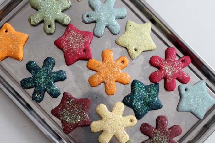 Из соленого теста можно выполнить елочные игрушки любой формы