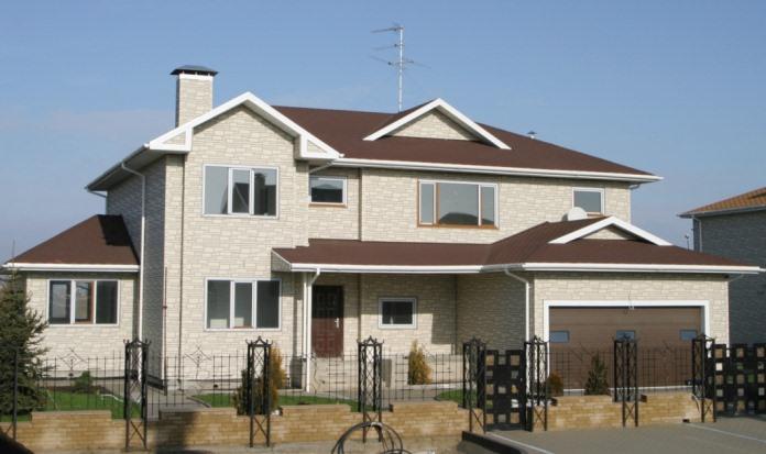 Отделка каркасного дома разнообразна. Придать строению можно внешний вид каменного, деревянного или кирпичного здания. Можно провести обшивку сайдингом, кирпичом, полимерными плитами