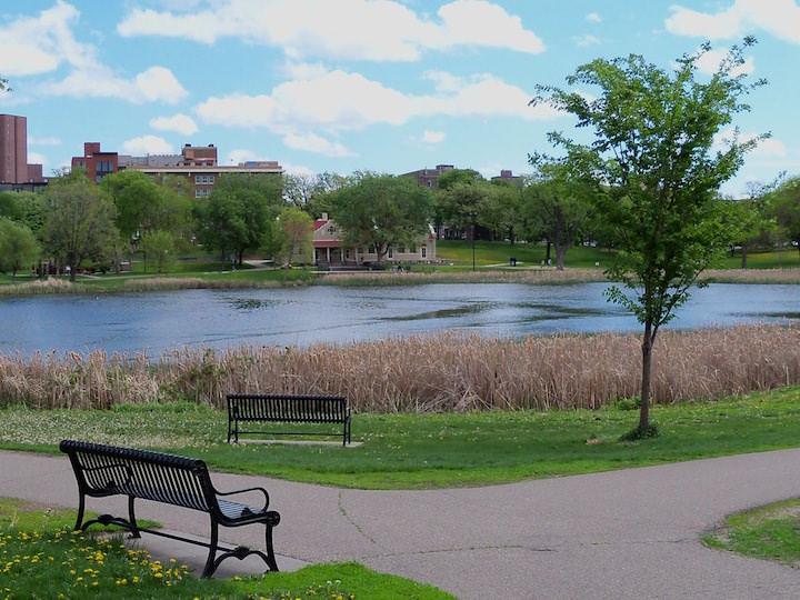 Вблизи парка располагаются Базилика Святой Марии и Лоринг парк