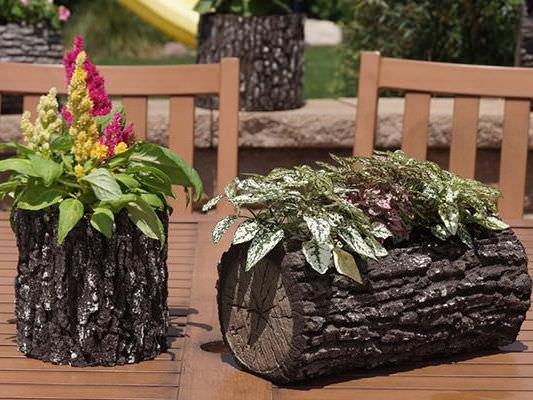 В декоративном пне есть специальное углубление, в которое высаживаются цветы